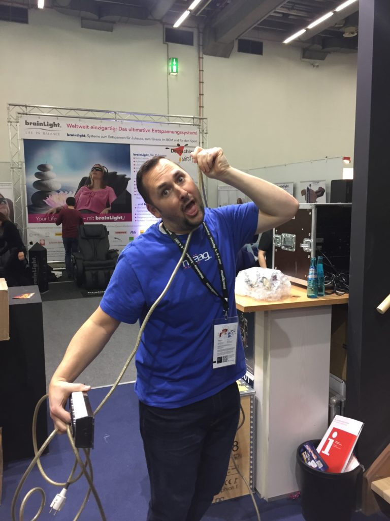 Akustikstoff.com @ Musikmesse 2017 – Cliff from Mäag Audio fighting with a power cord