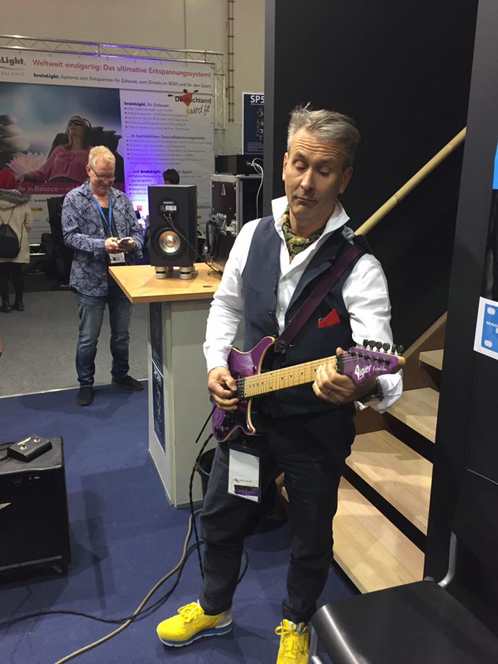 Akustikstoff.com @ Musikmesse 2017 – Our stand host Erich Strich playing a spontaneous guitar solo. Impressive!