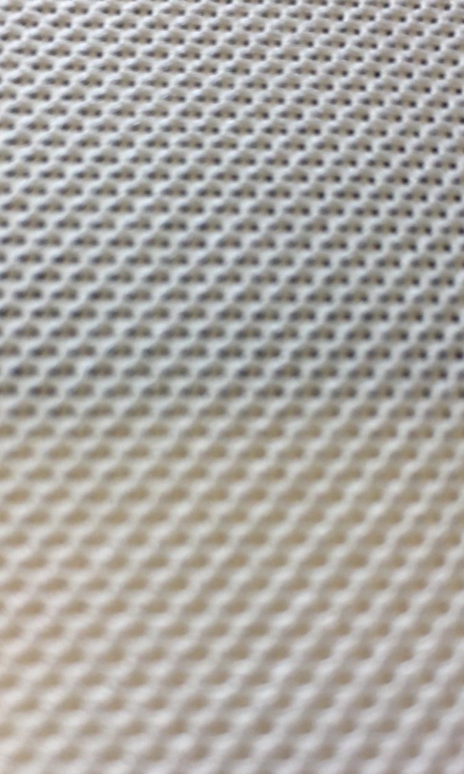 Harte Kontraste zeichnen bei entsprechenden Lichtverhältnissen in Lautsprecherstoff durch.