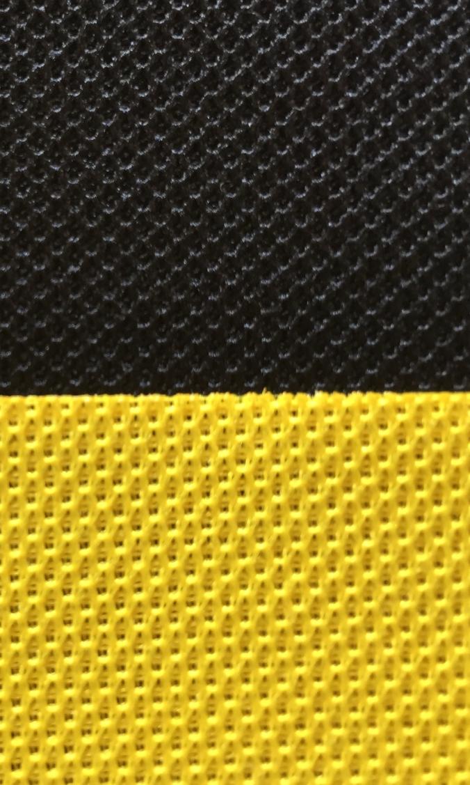 Schwarz-Gelb-Kontrast mit Akustikstoff