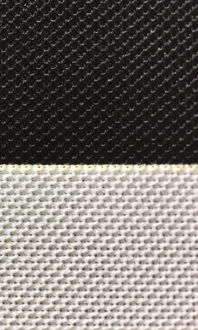 Schwarz-Weiß-Kontrast mit Akustikstoff