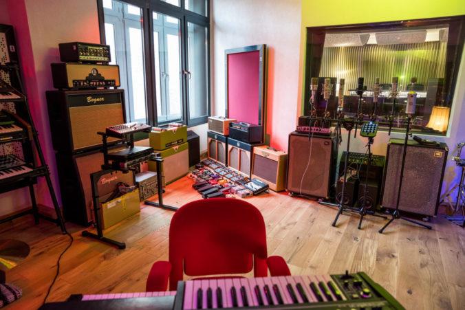 Akustikstoff von www.akustikstoff.com im Aufnahmeraum der Kung Fu Studios Berlin (Marek Pompetzki)