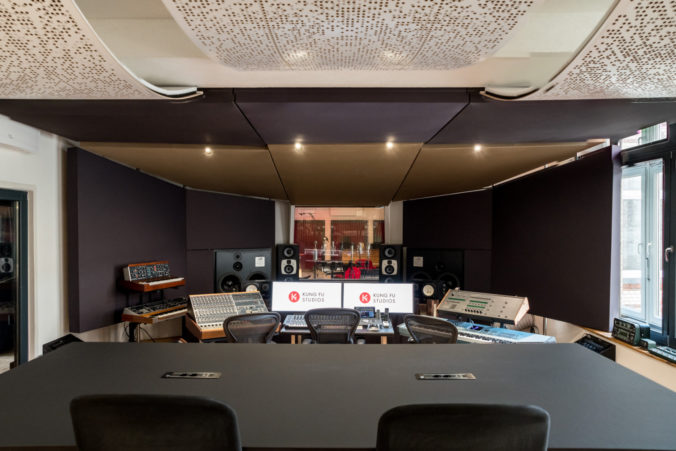 Akustikstoff von www.akustikstoff.com im Studio A der Kung Fu Studios Berlin (Marek Pompetzki)