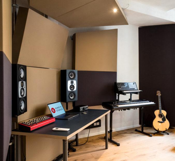 Absorber mit Bespannung us Akustikstoff im Studio