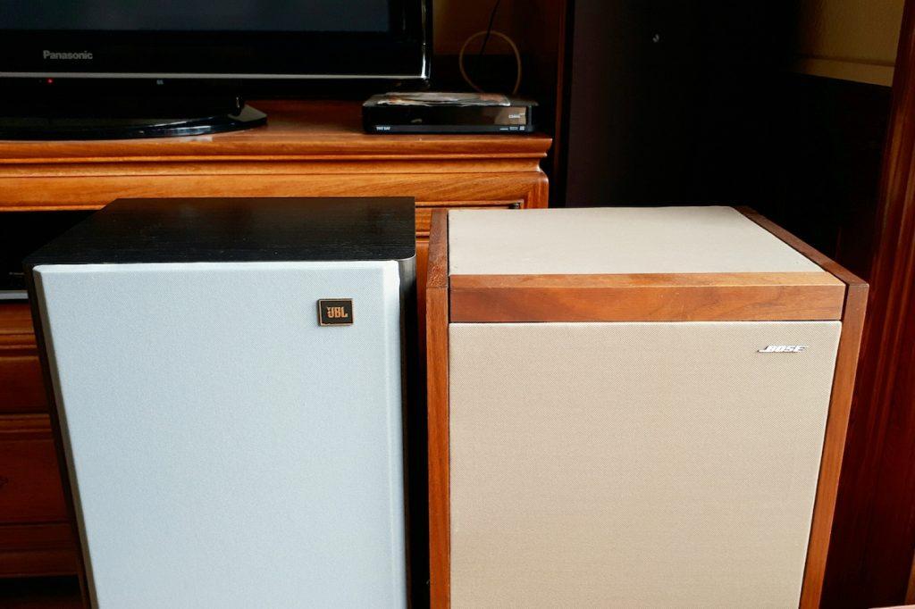 JBL Lx 55 und Bose 601, beide mit Lautsprecherstoff von Akustikstoff.com restauriert.